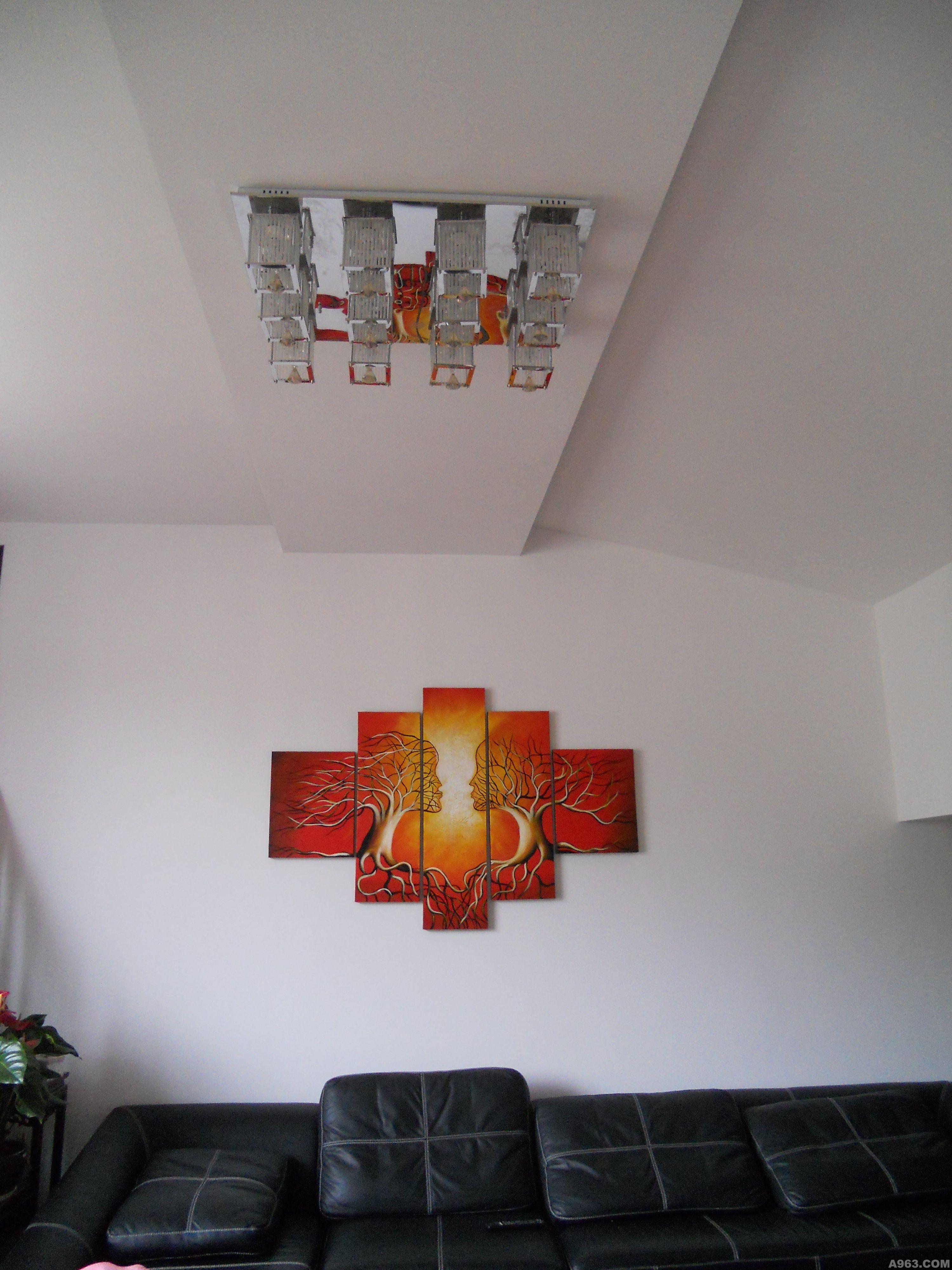 感比较好,客厅层高达到3.6米, 设计上采取周边户型艺术吊顶,是