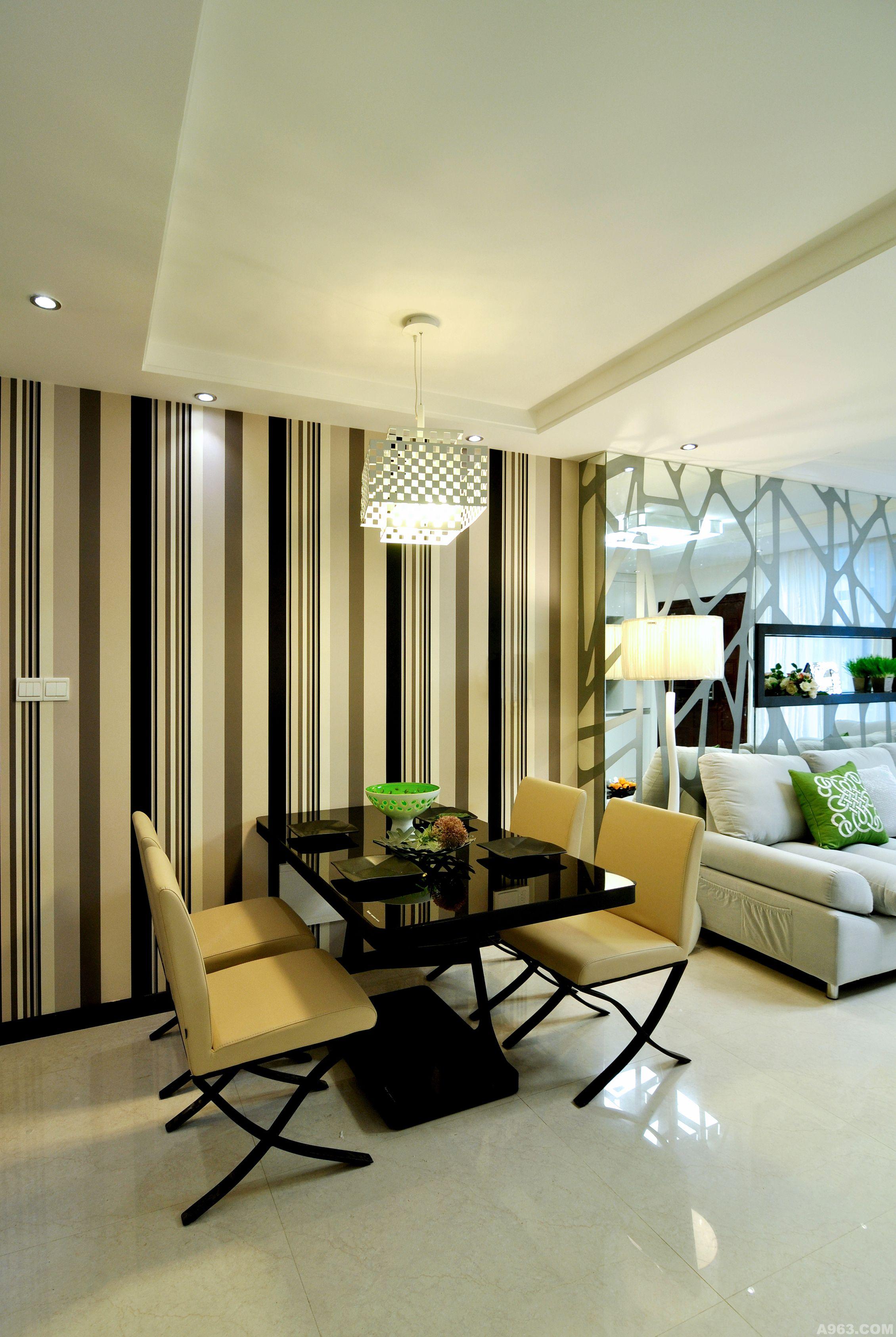 视觉氛围:通过银镜磨花饰面,黑色烤漆玻璃,亮光瓷砖,抽象的黑白条状